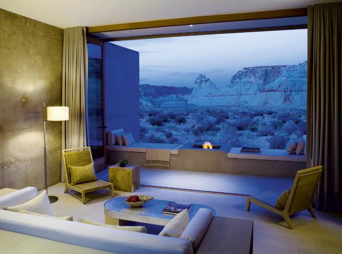 Комната с огромным панорамным окном.