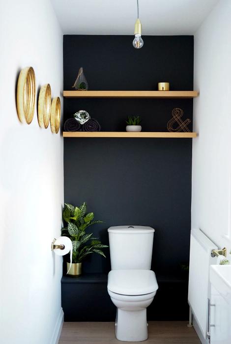 Туалет с темно-серой акцентной стеной.