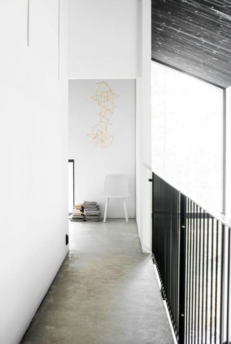Узкий коридор в черно-белом цвете.