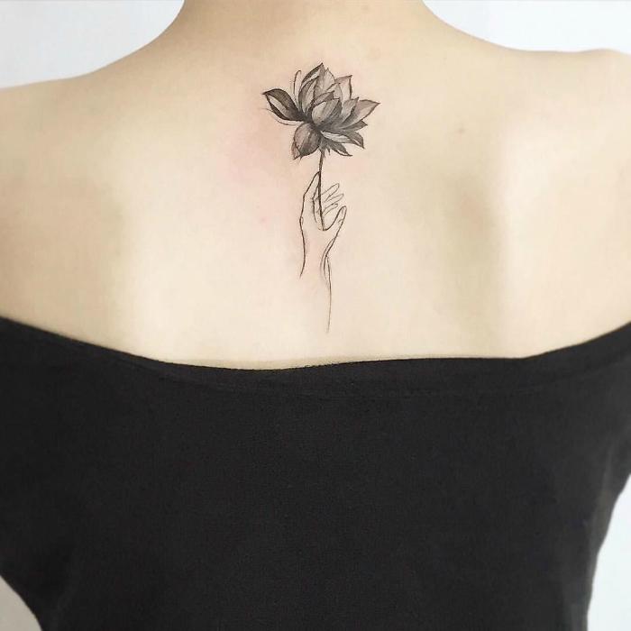 Цветок лотоса в руке.