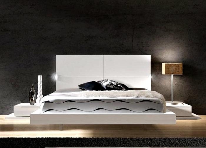 Белая кровать королевского размера.