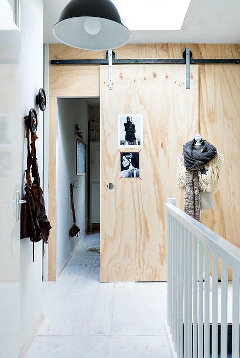 Раздвижная дверь из светлого дерева.