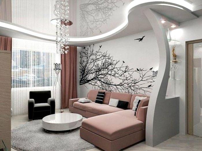 Светлая гостиная с фигурным потолком и акцентной стеной.