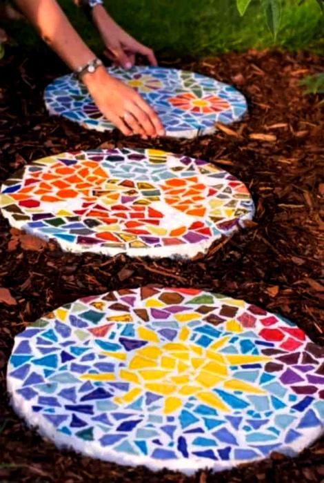 Круглые слепки с мозаикой. | Фото: INSPIRA.
