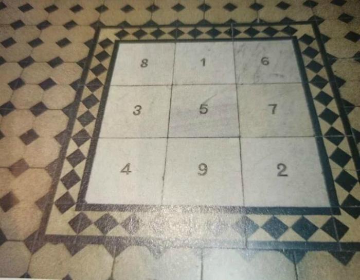 Загадочный квадрат с цифрами в старинном здании в Греции.   Фото: klikabol.com.
