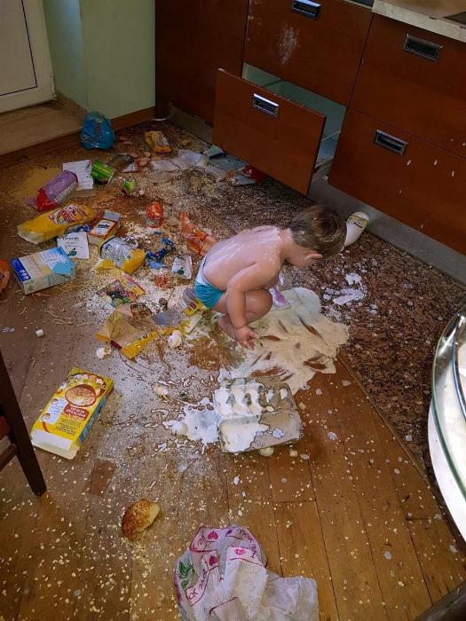 Когда оставил малыша на хозяйстве. | Фото: Приколы на Досенг.
