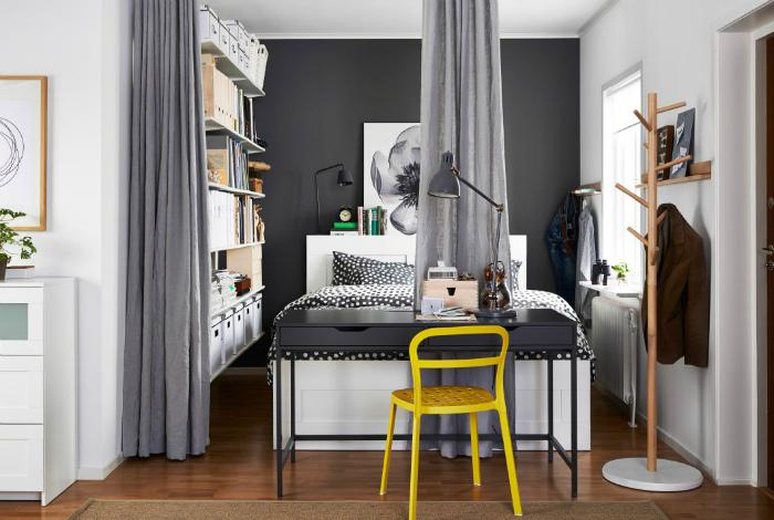 Спальня за шторками в нише и яркий желтый стул.