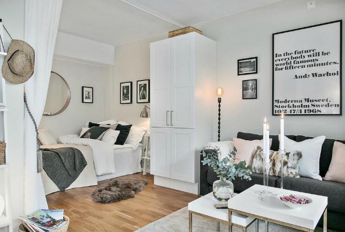 Спальня и гостиная в одной комнате.