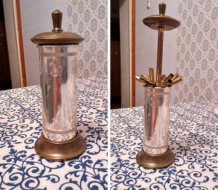 Настольный раздатчик сигарет. | Фото: AdMe.
