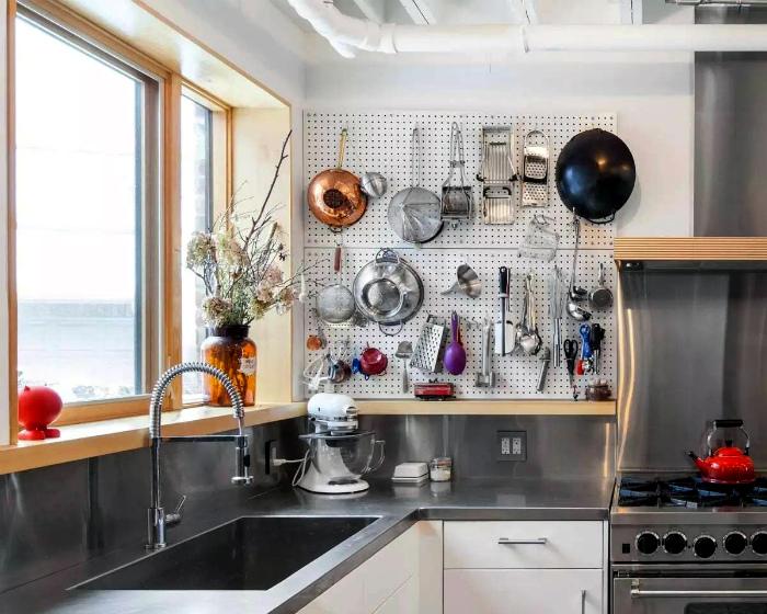 Дисплей для кухонных принадлежностей.