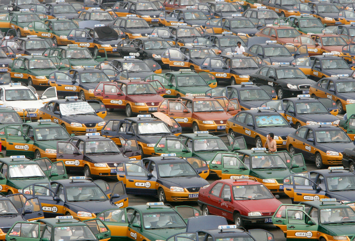 Несколько сотен такси на парковке. | Фото: XopoM News.