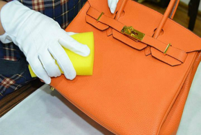 Чтобы эффективно удалить загрязнения с поверхности кожаной сумки, следует протереть ее смесью воды и уксуса.