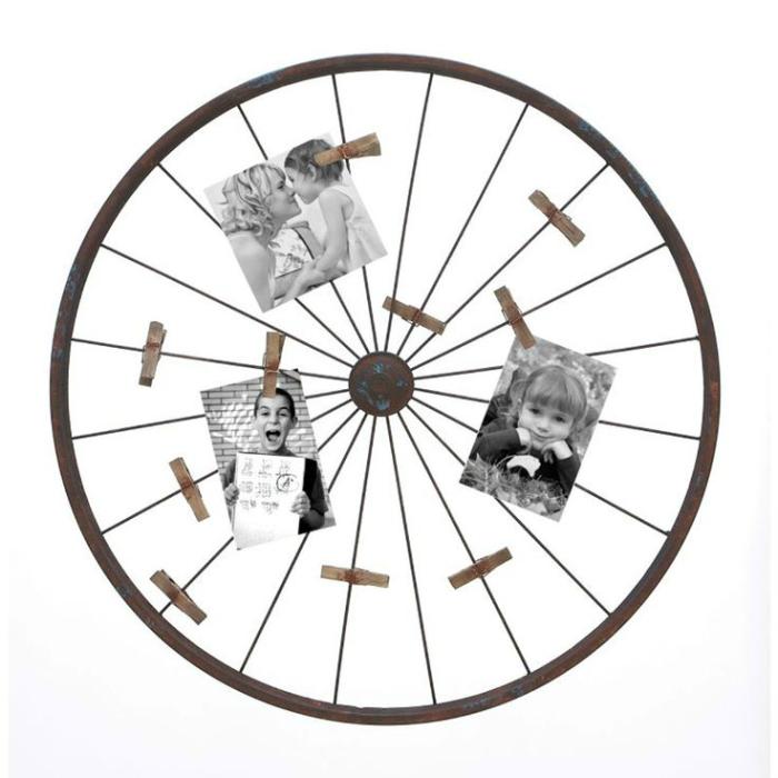 Можно украсить стену металлическим ободом от  велосипедного колеса, на которое будут прикреплены фотографии.