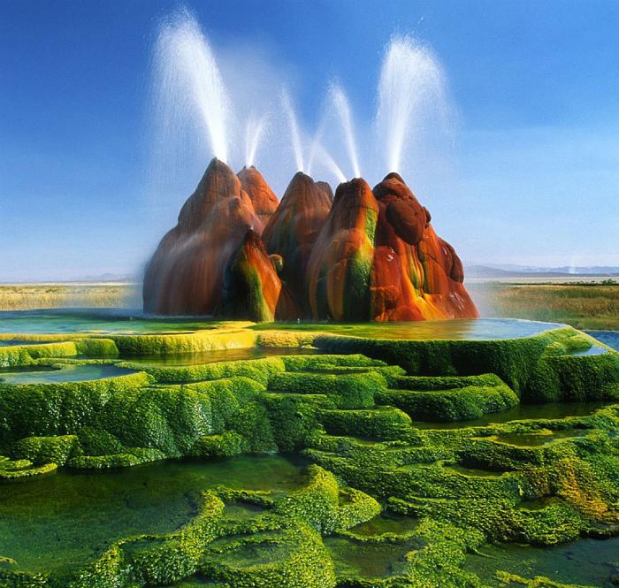 Геотермальный гейзер, поражающий необыкновенным цветом, который придают ему минералы, водоросли и цианобактерии.