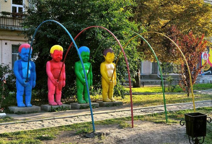 Разноцветные скульптуры писающих мальчиков.