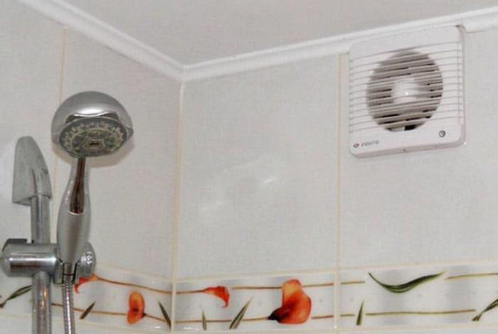 Система вентиляции в ванной комнате. | Фото: ЯПлакалъ.