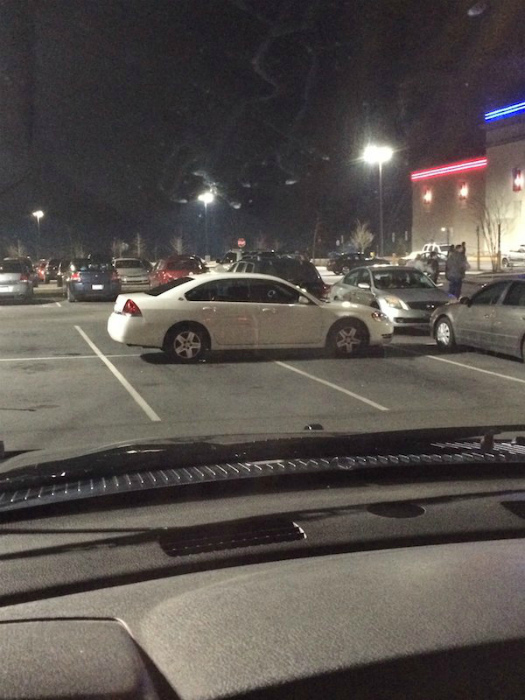 Как смогла, так и припарковалась. | Фото: theCHIVE.