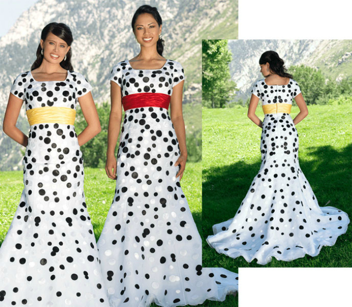 Белое платье с черными пятнами и яркой атласной лентой.