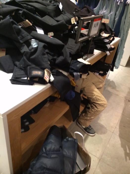 В магазине одежды.