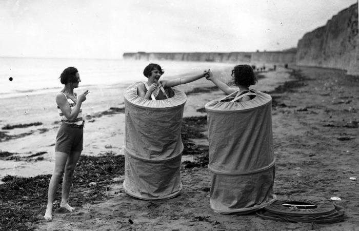 1929 год. Девушки переодеваются на пляже Великобритании.