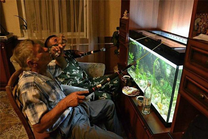 Рыбалка в аквариуме.