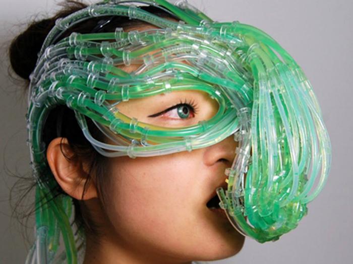 Это вообще что: новомодные очки, шлем или противогаз?
