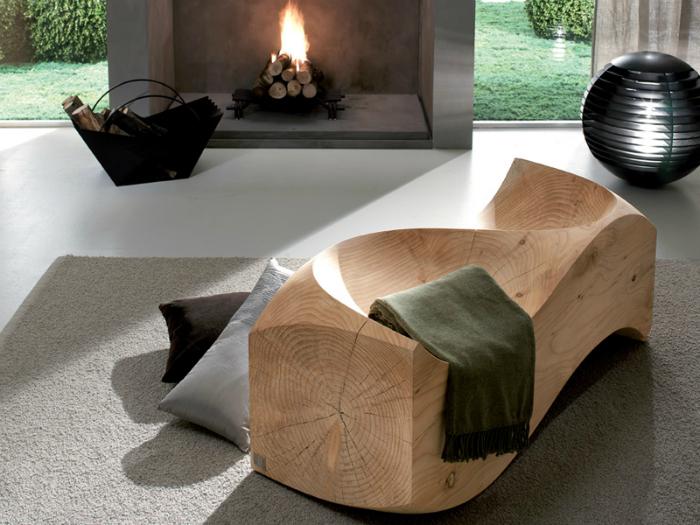 Скамья в виде волны, сделанная из древесины хвойных пород.