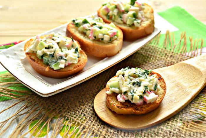 Ломтики хлеба с крабовым салатом.