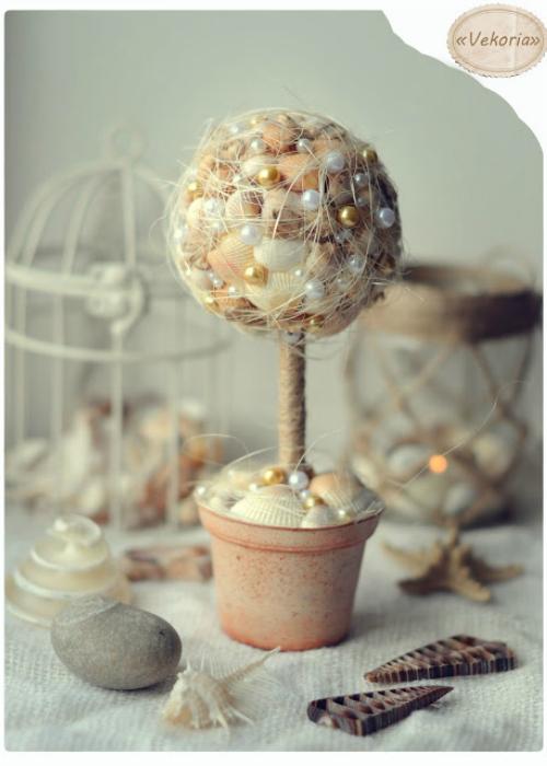 Для изготовления такого декоративного дерева можно использовать не только ракушки, а и бусины, камешки, ткань, ленточки и многое другое.