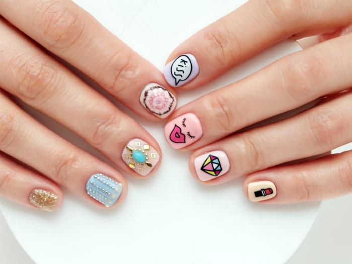 Веселый дизайн на коротких ногтях.