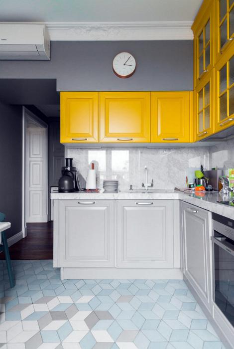 Бело-серая кухня с желтыми шкафчиками.