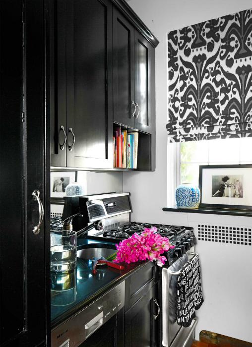 Кухня с черным глянцевым гарнитуром.