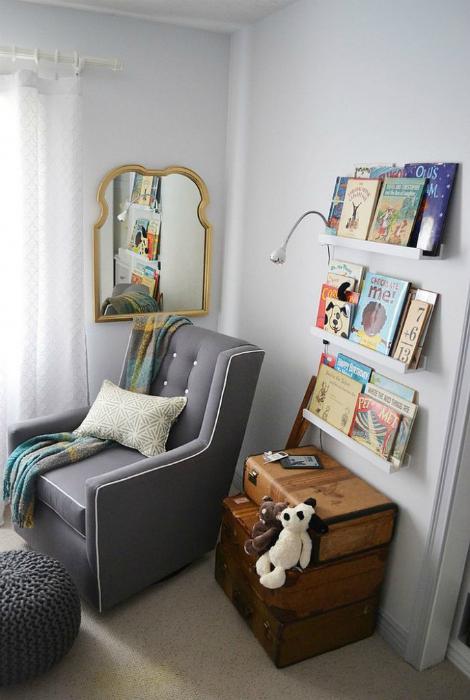 Открытые книжные полки и комод из чемоданов.