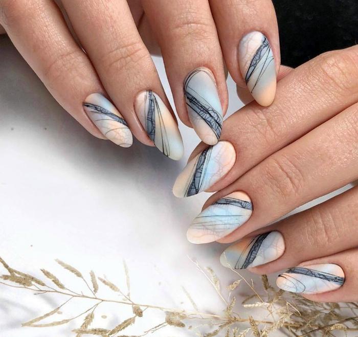 Градиент и паутинка на ногтях. | Фото: Pinterest.