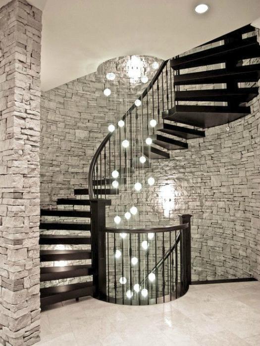 Классическая лестница и оригинальная люстра.