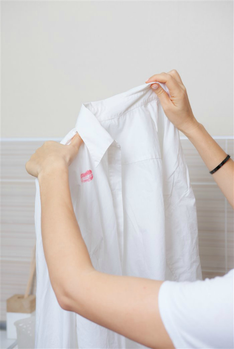Стирка белых вещей, которые посерели или пожелтели.