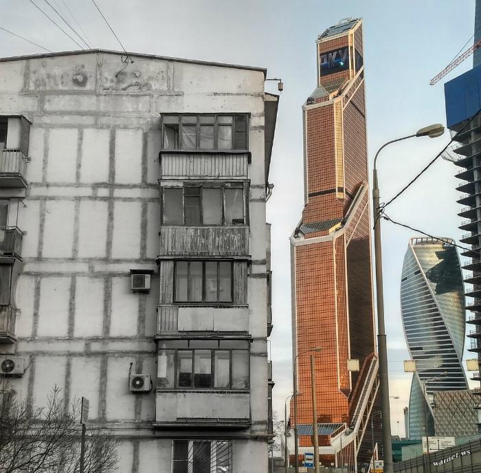 Пережиток советского прошлого на фоне настоящего.