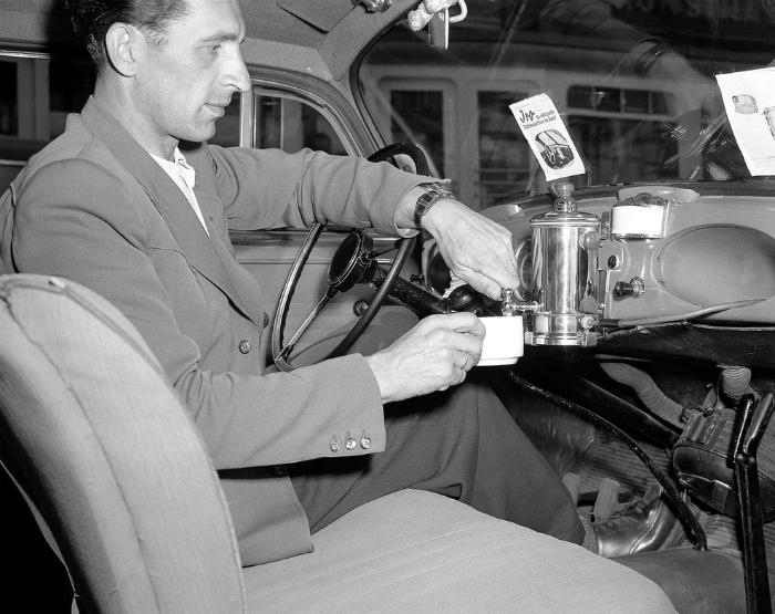 Кофеварка на приборной панели автомобиля, которая могла сварить до 3 чашек кофе. 1950 год.