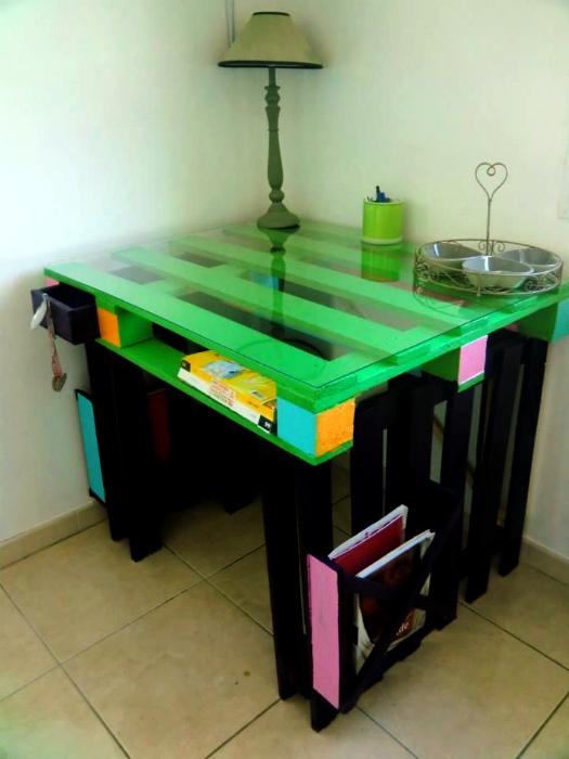 Яркий столик. | Фото: Pinterest.