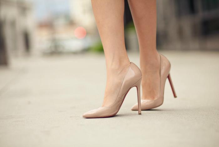 Туфли в цвет кожи.
