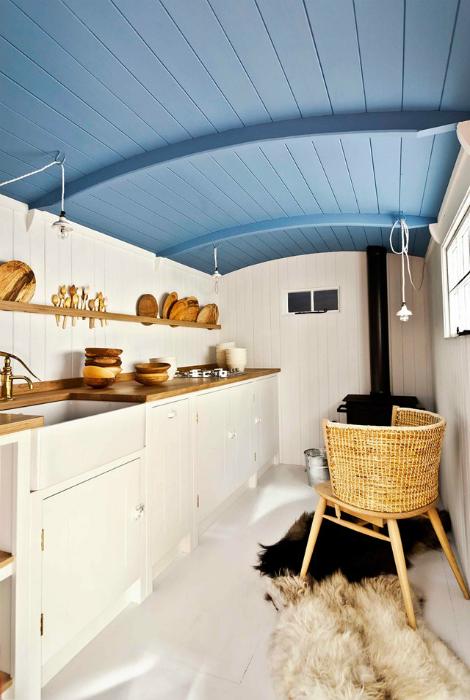Узкая кухня в бело-голубых тонах.