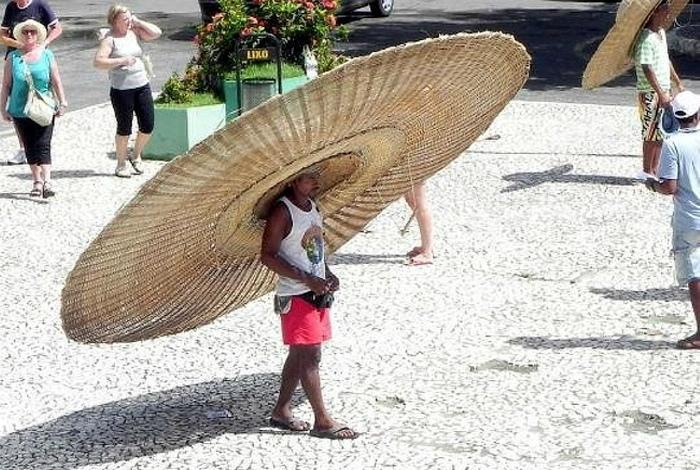 Мужчина в очень большой шляпе.