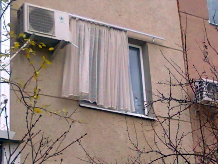 Оригинальное размещение штор. | Фото: ЯПлакалъ.