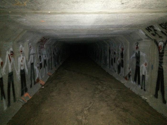 Рисунки в тоннеле.