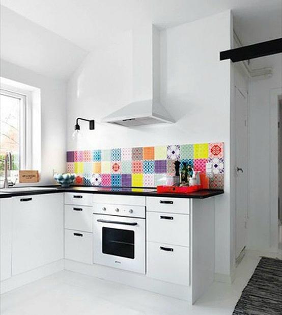Разноцветный фартук. | Фото: Ремонт квартир под ключ.