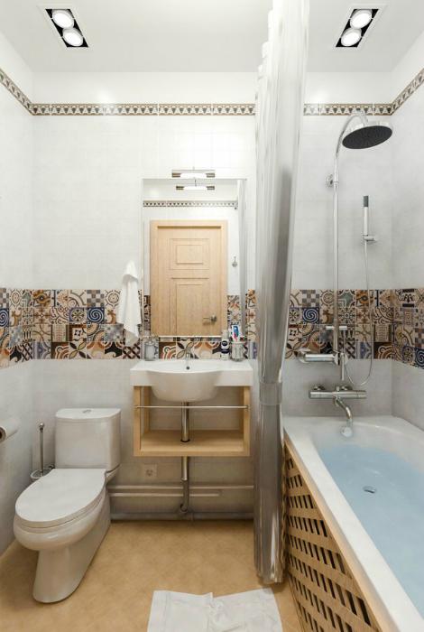 Небольшая смежная ванна с деревянными деталями.