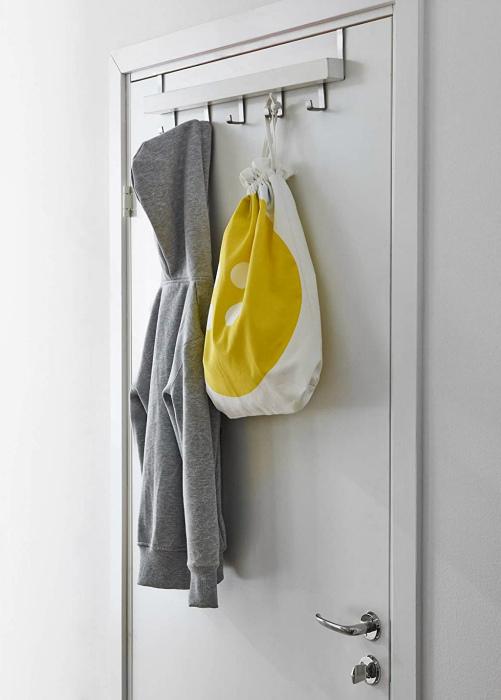Вешалка для одежды на двери. | Фото: Percheros.