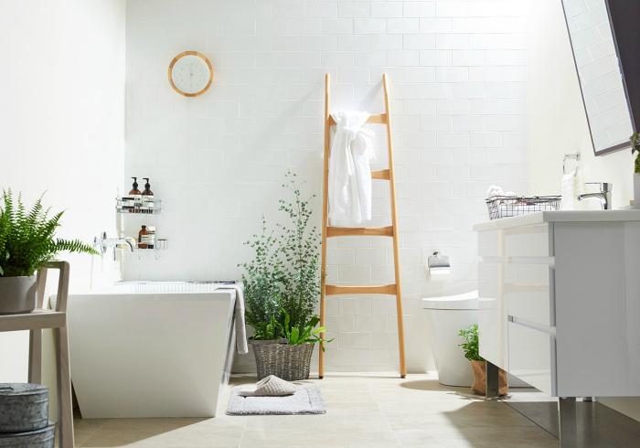 Белоснежная ванная комната с деревянными аксессуарами.