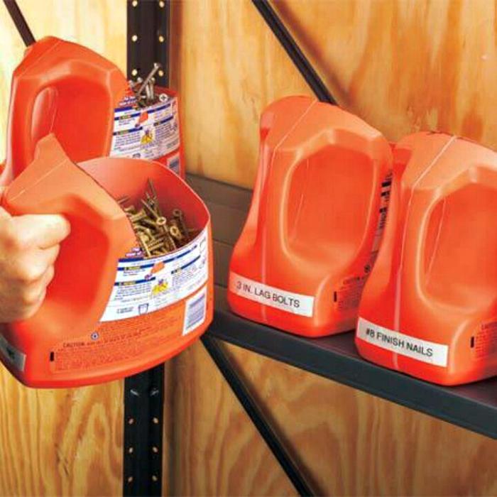 Хранение мелких предметов в пластиковых канистрах.