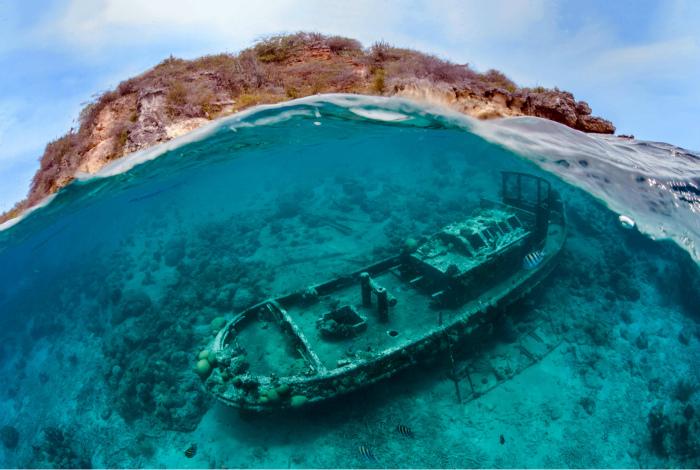 Буксировочное судно на дне Карибского моря.